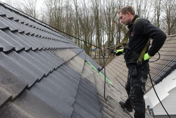 wallibi dronten 08-04-2015  Firma Dak en gevelrenovatie Noord is bezig met het caten van de dakpannen bij de vakatiewongen.